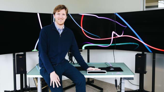 "Salah satu pendiri dan CEO Luminar Austin Russell mengatakan ""benar-benar luar biasa"" dan ""benar-benar nyata"" menjadi miliarder pada usia 25 tahun. Dan dia melakukannya meskipun Elon Musk menyebut teknologi penginderaan inti yang digunakan oleh Luminar, ""sangat bodoh"" solusi untuk"