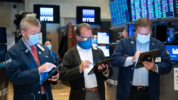 Các nhà giao dịch làm việc trên sàn của Sở giao dịch chứng khoán New York.