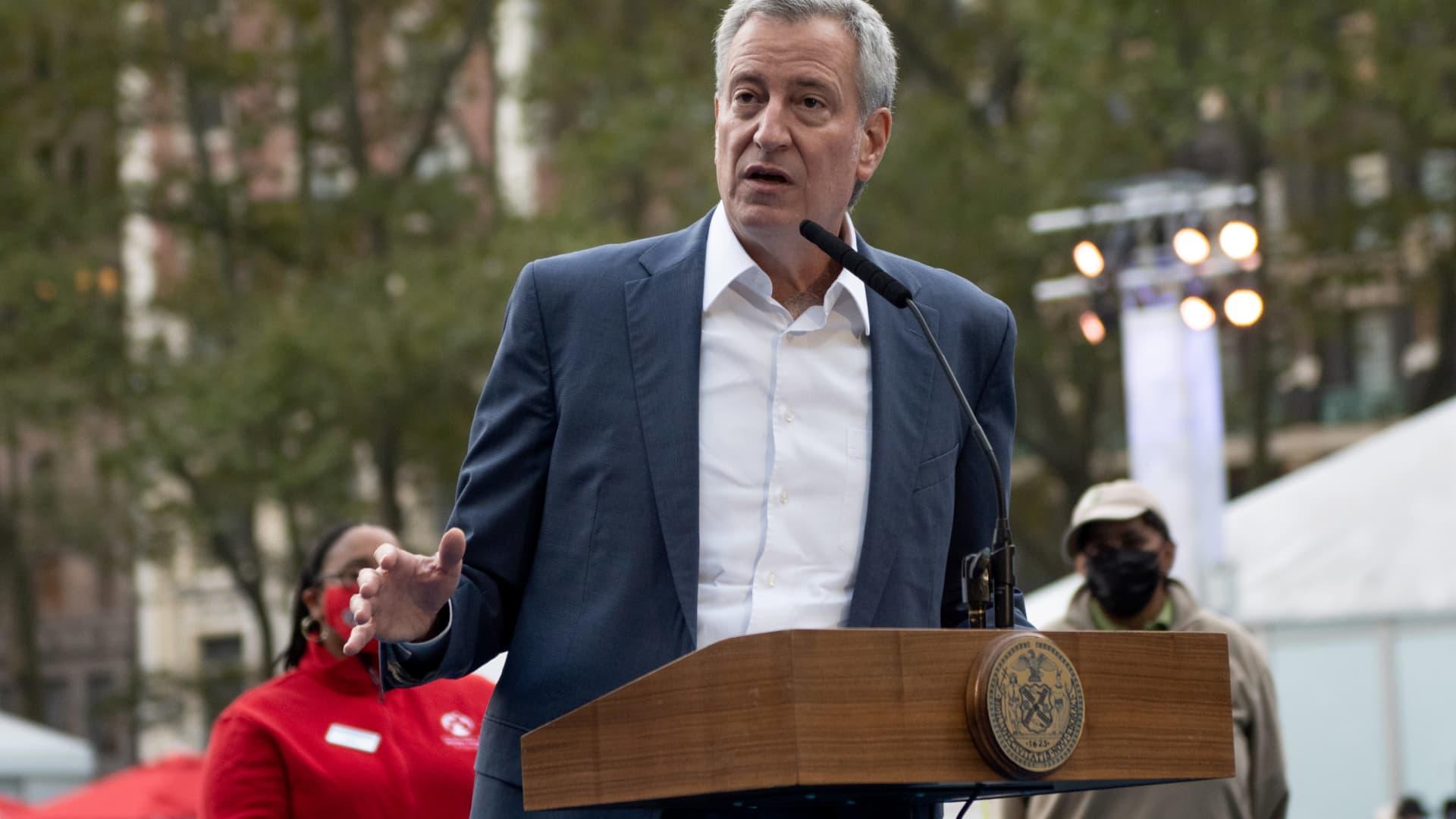 New York City Mayor Bill de Blasio speaks at Bryant Park on Nov. 5, 2020.