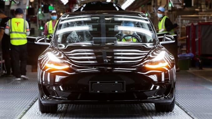Các nhân viên làm việc tại Tesla Gigafactory ở Thượng Hải, phía đông Trung Quốc, ngày 20 tháng 11 năm 2020. Công ty ô tô điện Tesla của Mỹ vào năm 2019 đã xây dựng Gigafactory đầu tiên bên ngoài Hoa Kỳ tại khu vực Lingang mới, với công suất sản xuất hàng năm được thiết kế là 500.000 un