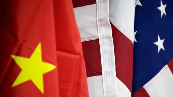 Bendera AS dan China dipajang di stan Kamar Dagang Internasional Amerika (AICC) selama Pameran Internasional China untuk Perdagangan Jasa di Beijing, China, 28 Mei 2019.