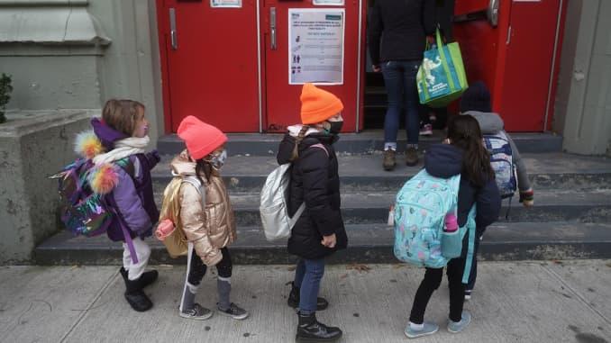Trẻ em xếp hàng để tham dự lớp học tại PS 361 vào ngày đầu tiên trở lại lớp học trong đại dịch bệnh do coronavirus (COVID-19) ở quận Manhattan của Thành phố New York, New York, Hoa Kỳ, ngày 7 tháng 12 năm 2020.