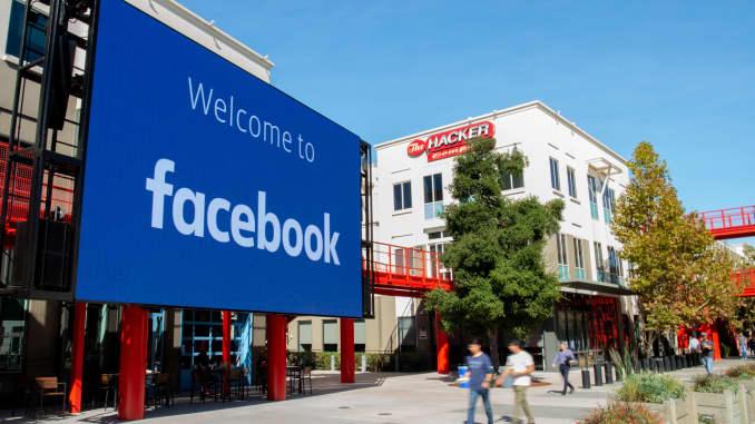 Một dấu hiệu kỹ thuật số khổng lồ được nhìn thấy tại khuôn viên trụ sở công ty của Facebook ở Menlo Park, California, vào ngày 23 tháng 10 năm 2019.