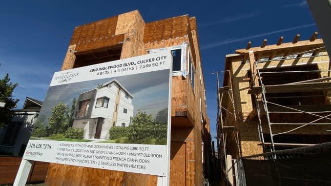 Một ngôi nhà đang được xây dựng được nhìn thấy ở Culver City, một vùng lân cận của Los Angeles vào ngày 21 tháng 11 năm 2020.