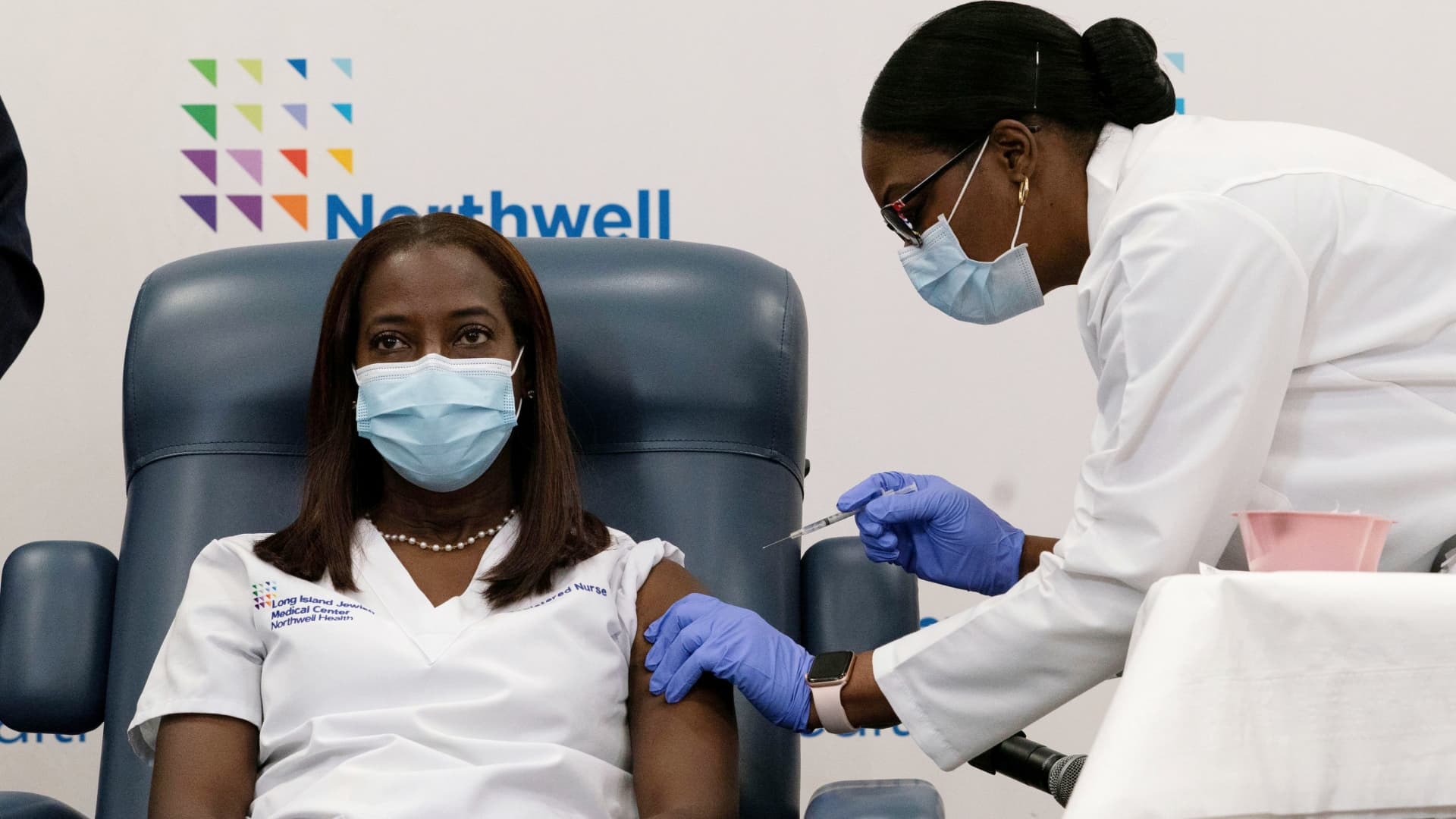 Sandra Lindsay, a nurse at Long Island Jewish Medical Center, is inoculated with the coronavirus disease (COVID-19) vaccine by Dr. Michelle Chester from Northwell Health at Long Island Jewish Medical Center in New Hyde Park, New York, U.S., December 14, 2020.