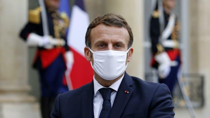 Tổng thống Pháp Emmanuel Macron đeo khẩu trang bảo vệ khi ông phát biểu bên cạnh Thủ tướng Estonia Juri Ratas sau cuộc gặp của họ tại Điện Elysee vào ngày 28 tháng 10 năm 2020 ở Paris, Pháp.