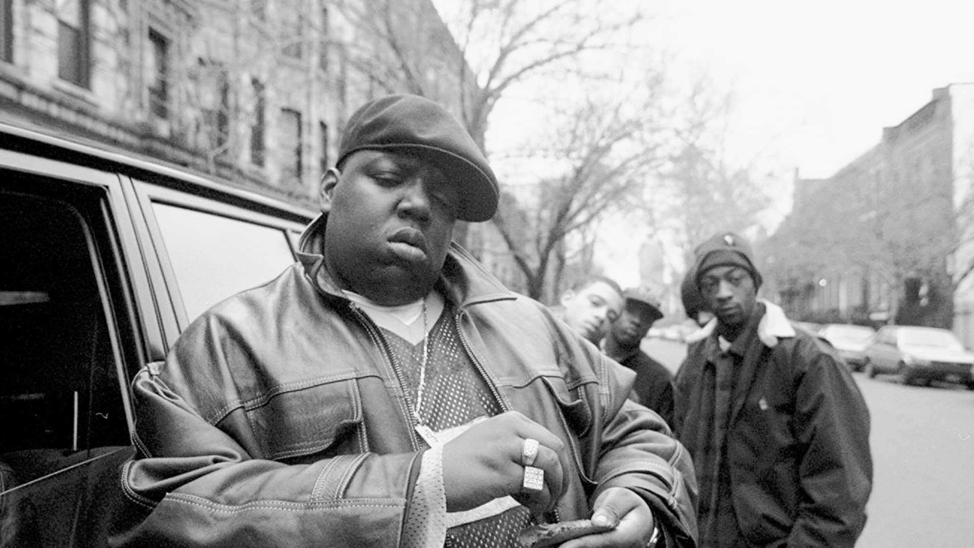Notorious B.I.G in Brooklyn with Junior Mafia crew in 1995
