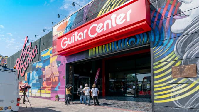 ans bày tỏ lòng kính trọng đối với huyền thoại nhạc rock quá cố Eddie Van Halen tại nơi đặt cây đàn ghi ta và dấu tay của ông trên Hollywood Rock Walk sau khi ông thông báo qua đời vào ngày 06 tháng 10 năm 2020 tại Hollywood, California. (Ảnh của AaronP / Bauer-Griffin / GC Images)