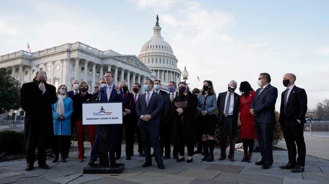 Дасти Джонсон (R-SD) с группой лиц, решающих проблемы, и другие участники выступают на пресс-конференции, посвященной предстоящему принятию двухпартийного законопроекта о чрезвычайной помощи COVID-19 в Вашингтоне, округ Колумбия, США, 21 декабря 2020 года.