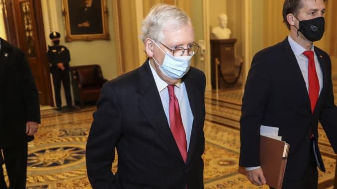 Лидер сенатского большинства Митч МакКоннелл, республиканец из Кентукки, в защитной маске идет в свой офис в Капитолии США в Вашингтоне, округ Колумбия, США, в понедельник, 21 декабря 2020 года.