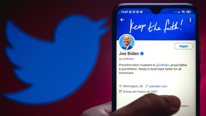 Trong ảnh minh họa trang chính thức của Tổng thống đắc cử của Hoa Kỳ, Joe Biden, trên Twitter được hiển thị trên điện thoại thông minh.