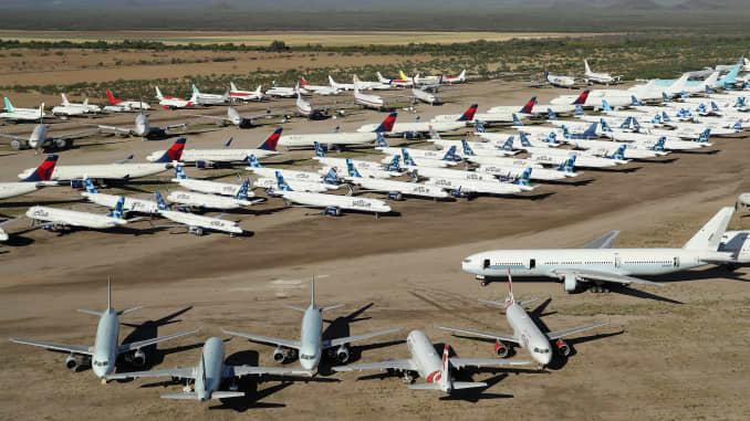 Pesawat komersial yang dinonaktifkan dan ditangguhkan terlihat disimpan di Pinal Airpark pada 16 Mei 2020 di Marana, Arizona.