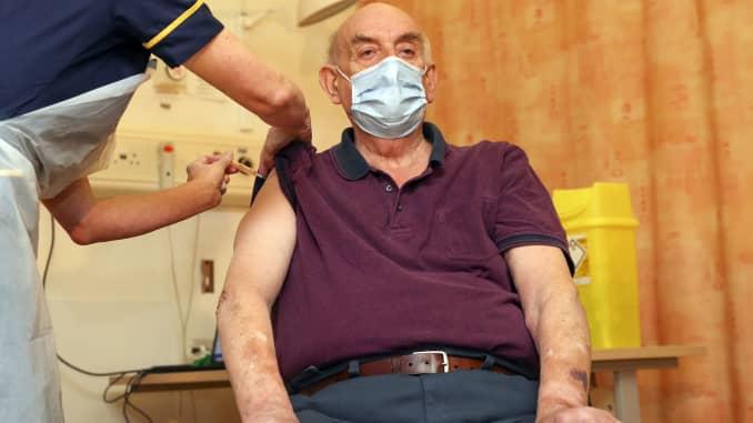 Brian Pinker, 82 tuổi, nhận vắc xin COVID-19 của Đại học Oxford / AstraZeneca từ y tá Sam Foster tại Bệnh viện Churchill ở Oxford, Tây Nam nước Anh vào ngày 4 tháng 1 năm 2021. -