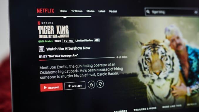 """A página de visão geral da minissérie do documentário sobre crimes reais da Netflix Inc. """"Tiger King"""" é exibida em um laptop."""