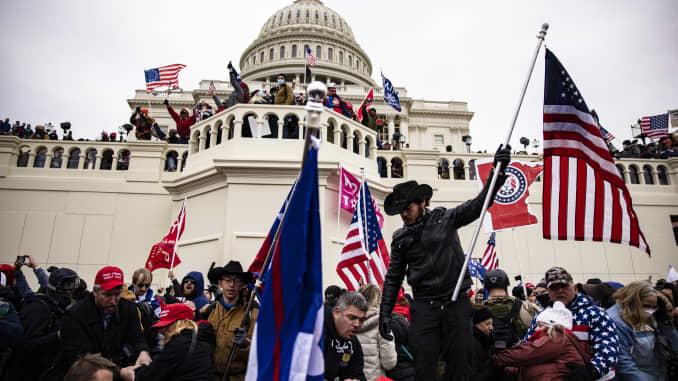 Những người ủng hộ Trump xông vào Điện Capitol của Mỹ sau cuộc mít tinh với Tổng thống Donald Trump vào ngày 6 tháng 1 năm 2021 tại Washington, DC.