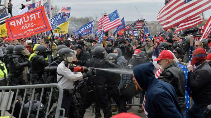 Pendukung Trump bentrok dengan polisi dan pasukan keamanan ketika mereka mencoba menyerbu Capitol AS di Washington, DC pada 6 Januari 2021.