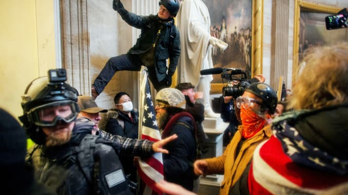 Những người biểu tình ủng hộ Trump xông vào Điện Capitol của Hoa Kỳ để tranh chứng nhận kết quả bầu cử Tổng thống Hoa Kỳ năm 2020 của Quốc hội Hoa Kỳ, tại Tòa nhà Quốc hội Hoa Kỳ ở Washington, DC, ngày 6 tháng 1 năm 2021.