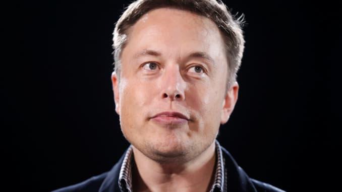 Giám đốc điều hành Tesla Motors, Elon Musk, công bố phiên bản dẫn động 4 bánh toàn thời gian mới của chiếc xe Model S tại Hawthorne, California vào ngày 9 tháng 10 năm 2014.