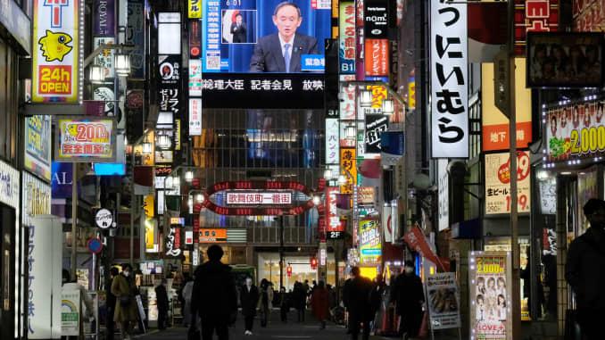 Một màn hình lớn hiển thị Thủ tướng Nhật Bản Yoshihide Suga trong buổi phát sóng trực tiếp cuộc họp báo về tình trạng khẩn cấp được ban bố cho khu vực Tokyo rộng lớn hơn trong bối cảnh đại dịch coronavirus Covid-19, tại Tokyo vào ngày 7 tháng 1 năm 2021.