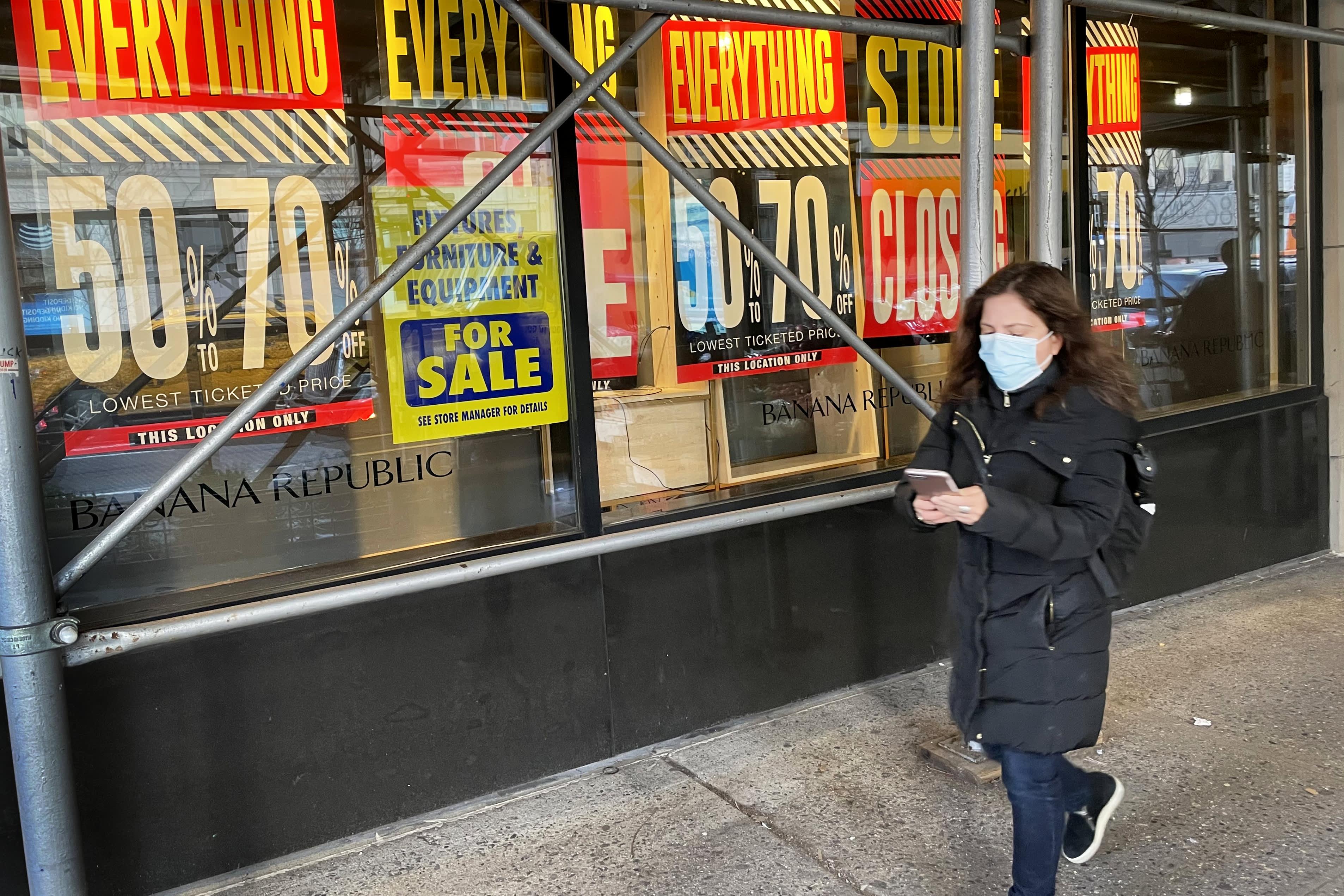 Las solicitudes semanales de desempleo caen al nivel más bajo en más de un año