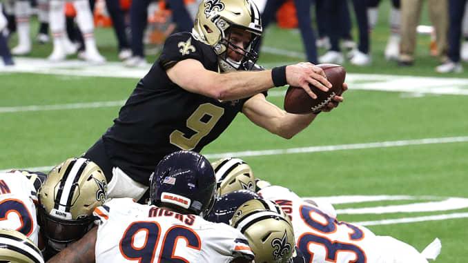 Drew Brees # 9 dari New Orleans Saints menyelam di zona akhir untuk mencetak touchdown satu yard melawan Chicago Bears selama kuarter keempat dalam pertandingan NFC Wild Card Playoff di Mercedes Benz Superdome pada 10 Januari 2021 di New Orleans, Louisiana.
