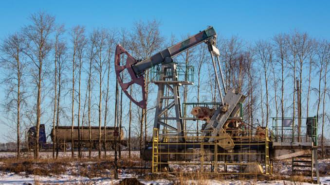 "Dongkrak pompa minyak, juga dikenal sebagai ""keledai mengangguk"", di ladang minyak dekat Dyurtyuli, di Republik Bashkortostan, Rusia, pada Kamis, 19 November 2020."