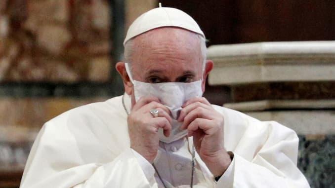 Paus Fransiskus yang mengenakan masker saat menghadiri kebaktian doa antaragama untuk perdamaian bersama dengan perwakilan agama lainnya di Basilika Santa Maria di Aracoeli, sebuah gereja di atas Bukit Capitoline Roma, di Roma, Italia, 20 Oktober 2020