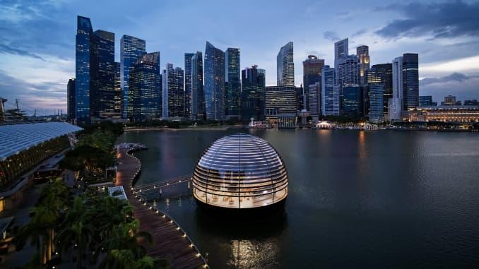 """Apple đã mở cửa hàng """"quả cầu nổi"""" của mình ở Vịnh Marina, Singapore vào tháng 9/2020."""