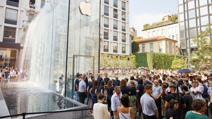 Cửa hàng Milan của Apple có lối vào bằng kính hình chữ nhật với thác nước riêng.