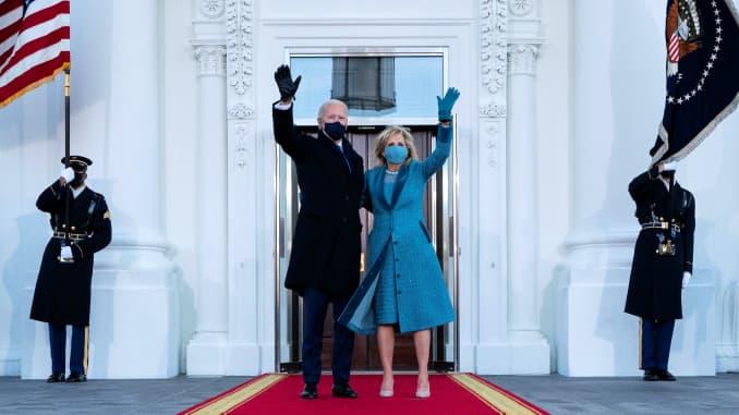 Presiden AS Joe Biden dan ibu negara Jill Biden melambai saat mereka tiba di Portico Utara Gedung Putih di Washington, DC, 20 Januari 2021.