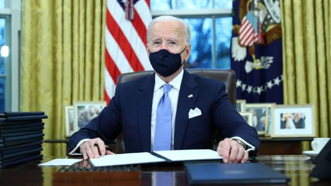 Tổng thống Joe Biden ký lệnh hành pháp trong Phòng Bầu dục của Nhà Trắng ở Washington, sau khi ông nhậm chức Tổng thống thứ 46 của Hoa Kỳ, Hoa Kỳ, ngày 20 tháng 1 năm 2021.