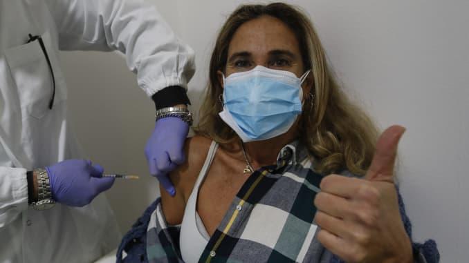 Seorang wanita menerima vaksinasi vaksin Pfizer-BioNTech.