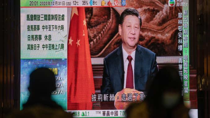 Laporan berita tentang pidato Malam Tahun Baru Presiden China Xi Jinping ditampilkan di layar publik di Hong Kong, China, pada hari Kamis, 31 Desember 2020.