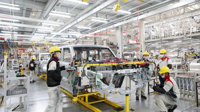 Các nhân viên làm việc trên dây chuyền sản xuất WEY Tank 300 SUV tại một nhà máy của Great Wall Motors vào ngày 19 tháng 1 năm 2021 ở Trùng Khánh, Trung Quốc.