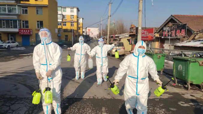 Các tình nguyện viên mặc đồ bảo hộ khử trùng tại một khu dân cư ở Tonghua, Trung Quốc ngày 24/1/2021.