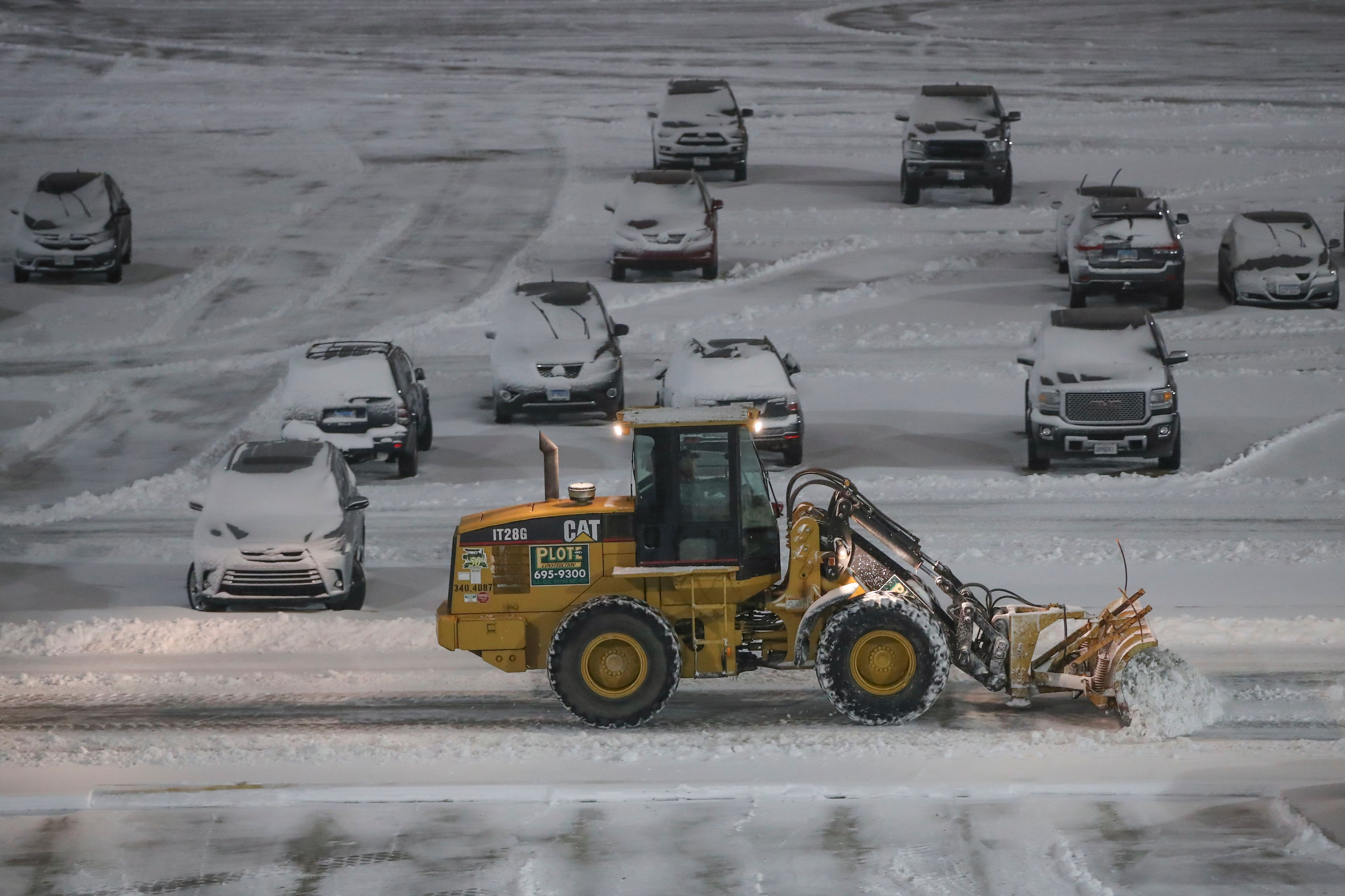 Snowstorm prompts airlines to cancel most NYC-area flights thumbnail