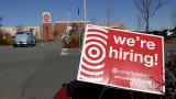 Un panneau d'embauche est affiché devant un magasin Target le 5 février 2021 à San Rafael, en Californie.