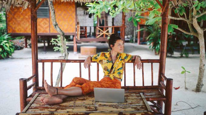 Seorang wanita bekerja di dekat pantai di pulau Koh Phangan, Thailand.