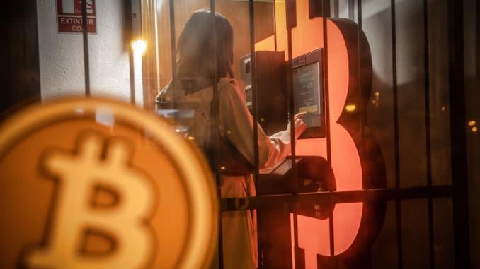 Seorang pelanggan menggunakan anjungan tunai mandiri (ATM) bitcoin di kios Barcelona, Spanyol, pada hari Selasa, 23 Februari 2021.