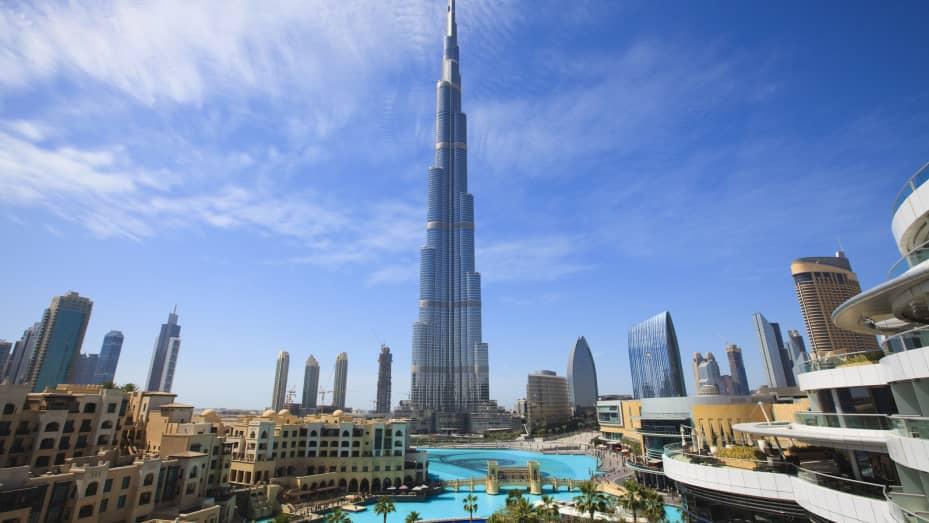Con più di 160 piani, il Burj Khalifa è alto 2716 piedi, o più del doppio dell'Empire State Building di 1.250 piedi di New York.