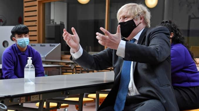 Perdana Menteri Boris Johnson bertemu siswa Kelas 11 selama kunjungan ke Akademi Accrington pada 25 Februari 2021 di Lancaster, Inggris.  (Foto oleh Anthony Devlin - WPA Pool / Getty Images)