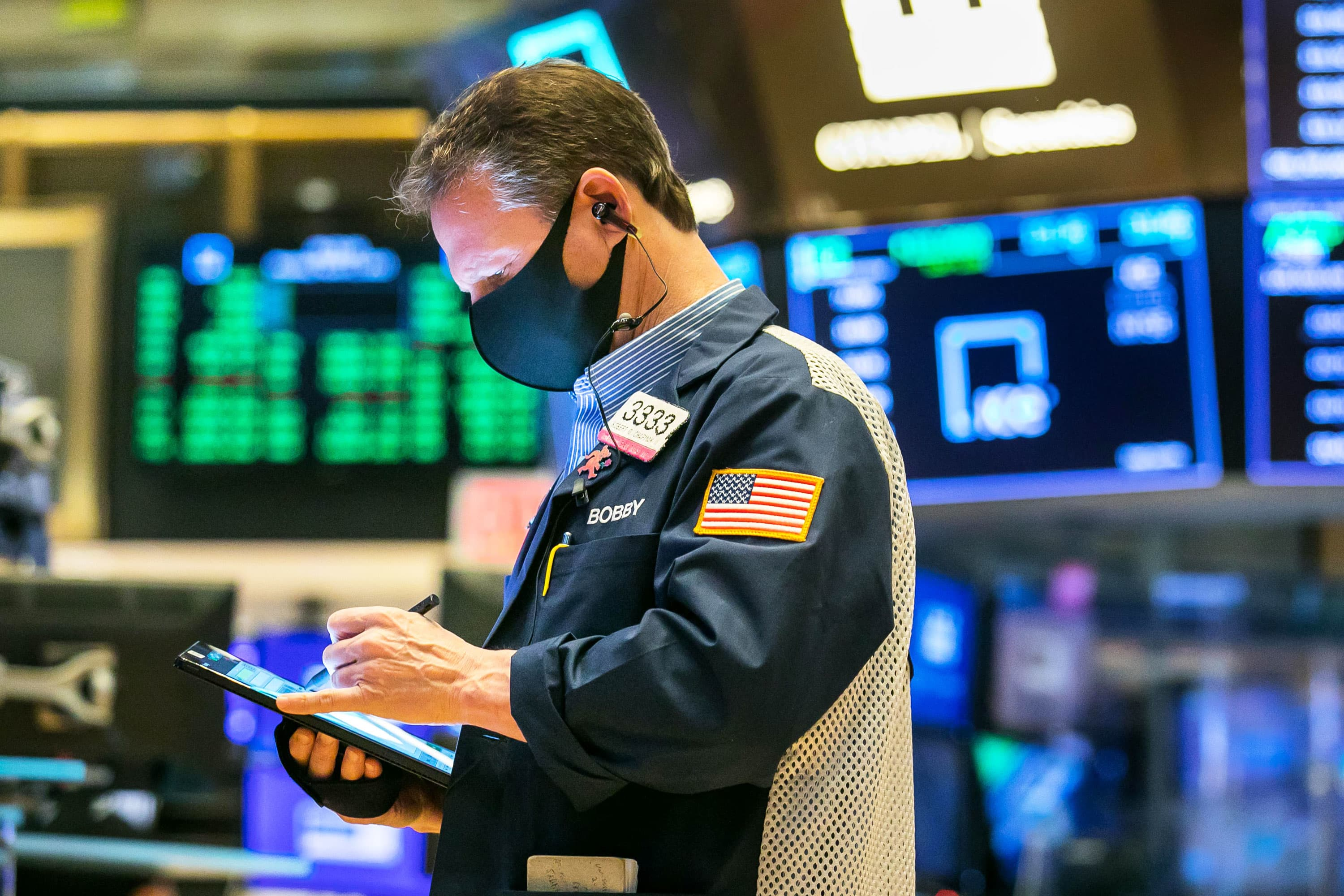 Stocks maintain gains following key bond auction, Dow is up 400 points