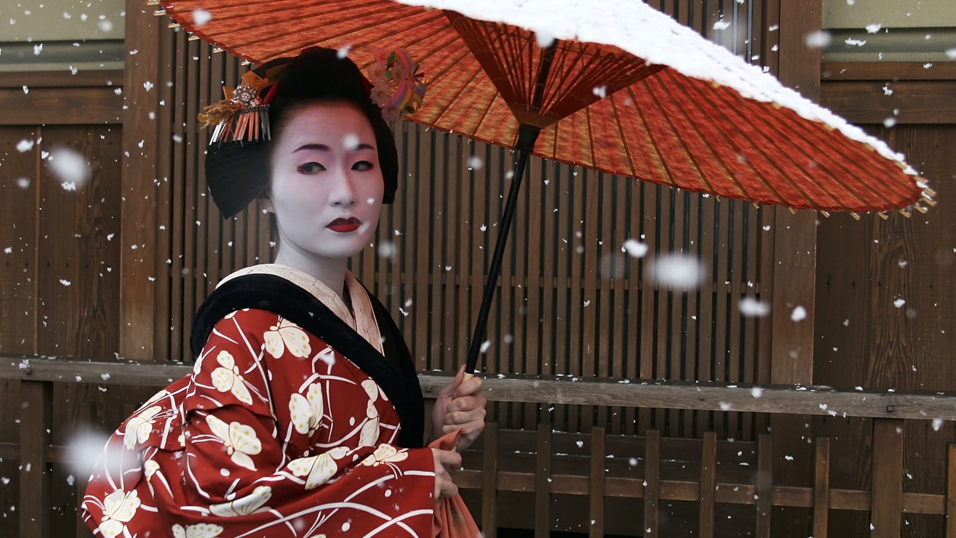 A maiko, or appentice geisha, walks in the snow in the district of Gion in Kyoto, Japan.