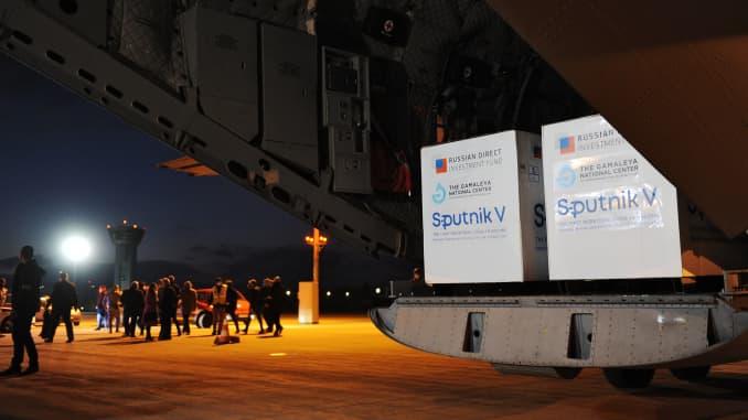 Một máy bay của Quân đội Slovakia mang theo liều vắc-xin Sputnik V chống lại virus coronavirus (Covid-19) đứng trên đường băng khi đến từ Moscow, tại Sân bay Quốc tế ở Kosice, Slovakia, vào ngày 1 tháng 3 năm 2021.