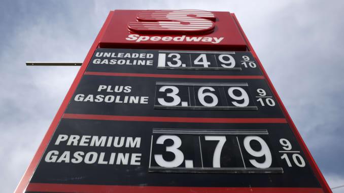 Harga bensin ditampilkan di pompa bensin Speedway pada 03 Maret 2021 di Martinez, California.