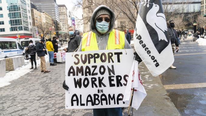 Cuộc tập hợp do Hội công nhân chống phân biệt chủng tộc tổ chức nhằm ủng hộ các công nhân Amazon làm kho hàng ở Bessemer, Alabama có quyền liên hiệp tại Quảng trường Union trên toàn bộ Thị trường thực phẩm do Amazon sở hữu.