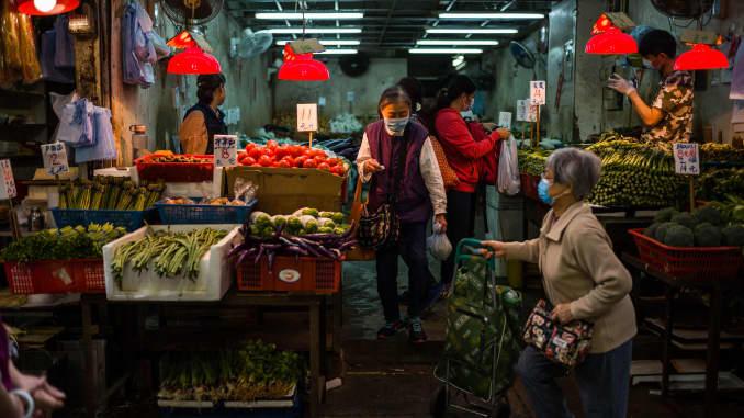 Khách hàng mua rau sạch từ một cửa hàng ở chợ đường phố ở Hong Kong vào ngày 8/3/2021.