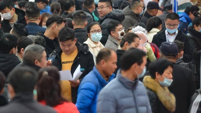 Các ứng viên đang chuẩn bị tìm việc làm tại chỗ tại hội chợ việc làm ở Phụ Dương, Trung Quốc.