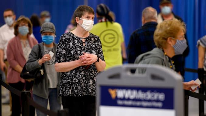 Người dân đeo khẩu trang bảo hộ trong khi chờ được tiêm vắc-xin tại một phòng khám vắc-xin Covid-19 của Hệ thống Y tế Tây Virginia ở Morgantown, Tây Virginia, Hoa Kỳ, vào thứ Năm, ngày 11 tháng 3 năm 2021.