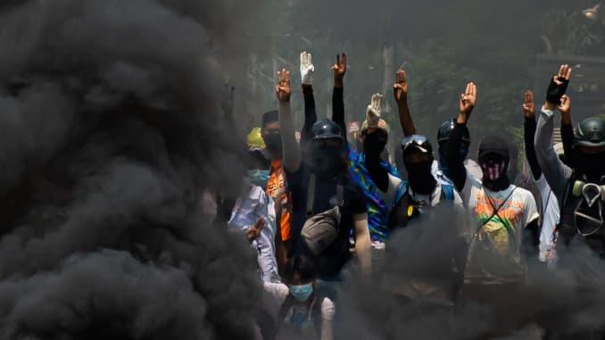 Khói bốc lên sau khi người biểu tình đốt lốp xe khi họ tụ tập để tiếp tục phản đối cuộc đảo chính quân sự và giam giữ các thành viên chính phủ được bầu ở Yangon, Myanmar vào ngày 27/3/2021.